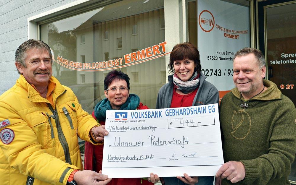 Bild v.l.n.r.: Rolf-Dieter Wiederstein, Dorothea Becker, Pflegedienstleiterin Nilius und Geschäftsführer Ermert bei bei der symbolischen Scheckübergabe.