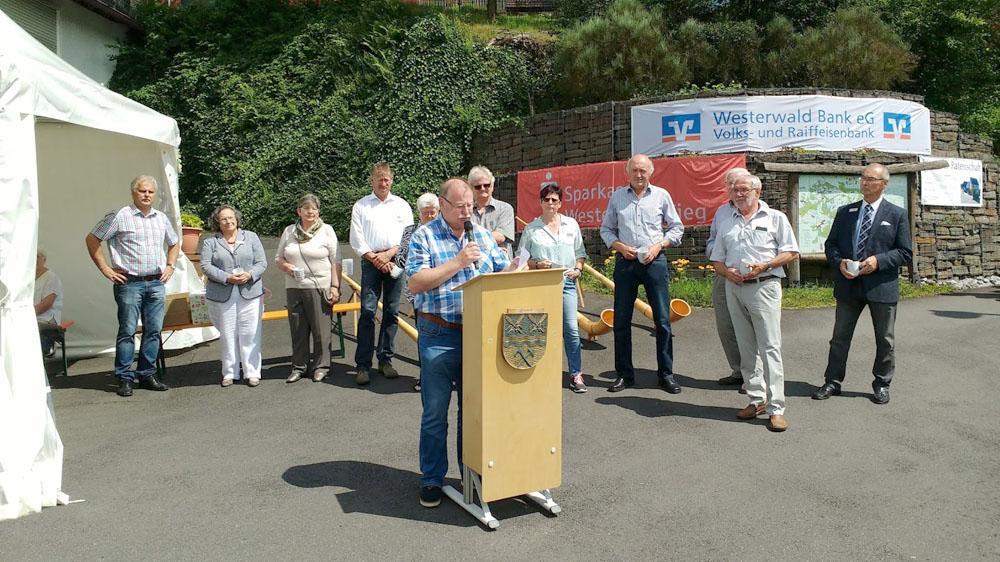 Ortsbürgermeister von Unnau, Ulrich Leukel, bei Dankesworte. Vorstand der Unnauer Patenschaft im Hintergrund