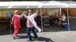 Krankenhaus Clowns beim Tanz miz Nauberg Musikanten im Hintergrund