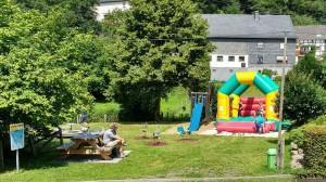 Kinderspielpltatz mit Hpüfburg