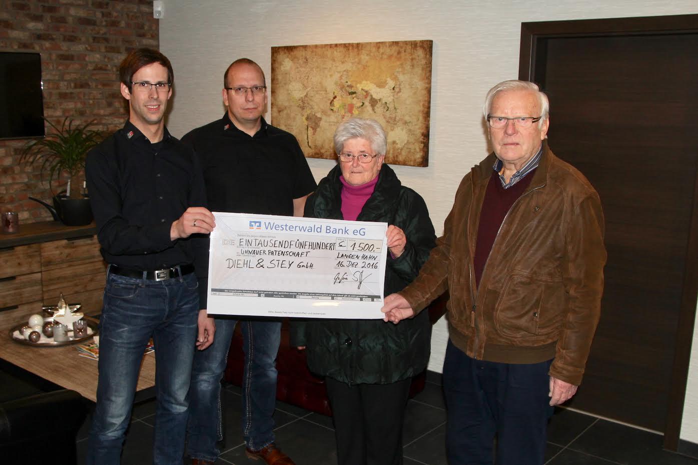 Den obligatorischen Spendenscheck überreichten v.l. die Geschäftsführer Matthias Diehl und Marcus Stey an Ursula Eller und Gerhard Marose von der UP.