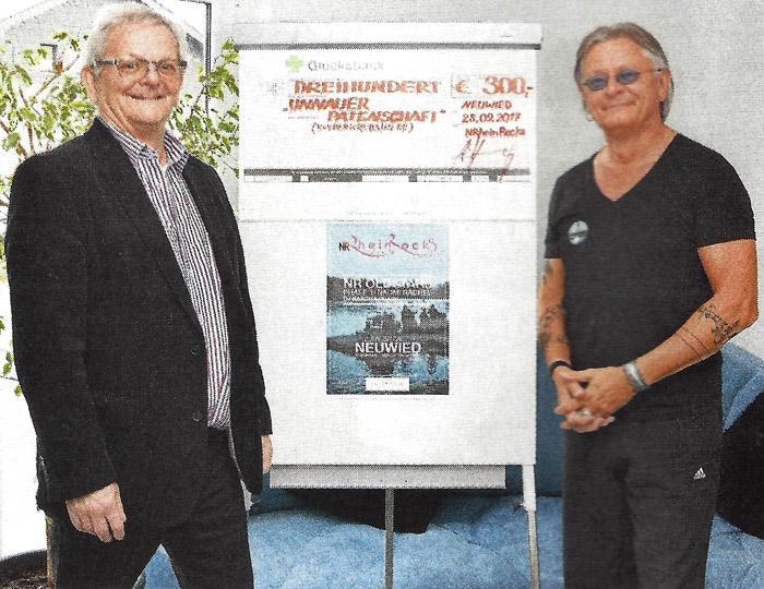 M. Wiedemann (links) nimmt die Spende von R. Herzog (rechts) entgegen. Foto:privat
