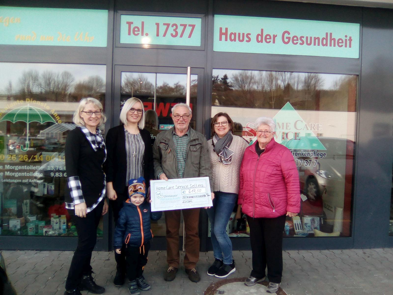 Übergabebild : Verena Janzen, Milda Heinz mit Sohn, Manfred Franz, Annegret Bromis und Ursula Eller