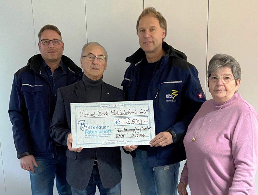 Den Spendenscheck nahmen aus Händen von Herrn Fries und Herrn Bruch die Vorstandsmitglieder G. Walter und R. Roos entgegen.