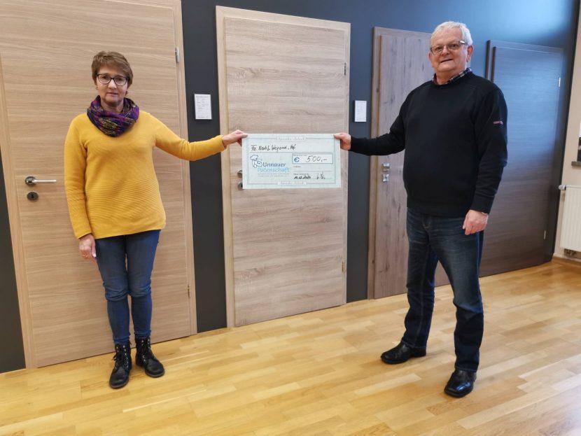 Übergabe des Spendenschecks von Firmeninhaberin Bettina Neeb an den Vertreter der Patenschaft, Michael Wiedemann