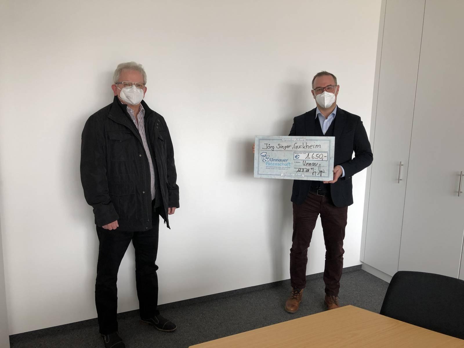 Bild: Spendenübergabe von Jörg Singer, mit Spendenscheck an stellv. Vors. UP Michael Wiedemann